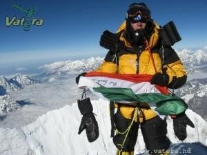 Kalapács alatt az Everest csúcsát megjárt magyar zászló
