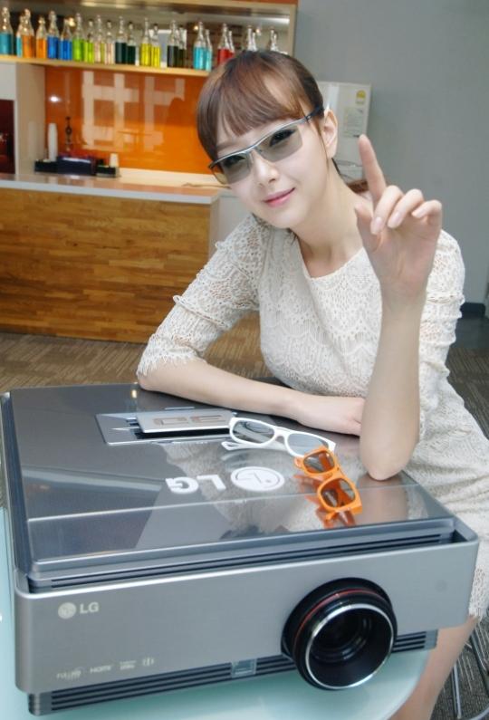 LG Cinema 3D projektor akár öt méteres 3D képpel