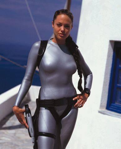 Angelina kisfia falhoz vágta Lara Croftot