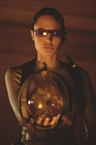 Angelina orosz babát fogad örökbe?